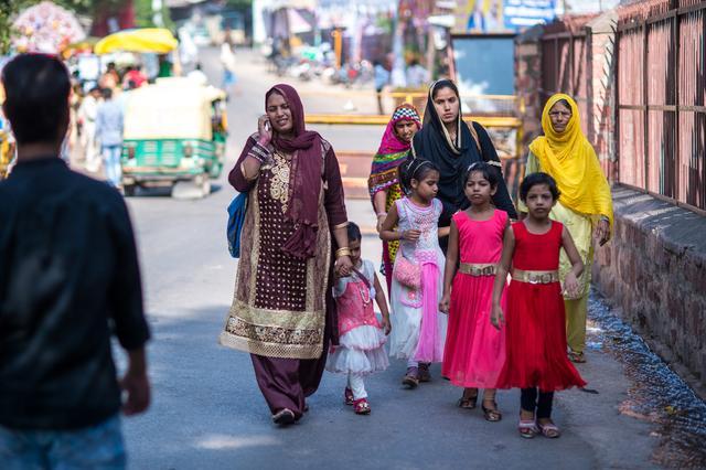 印度旅行实拍,当地人爱与中国游客拍合照,没有传闻的那般不安全