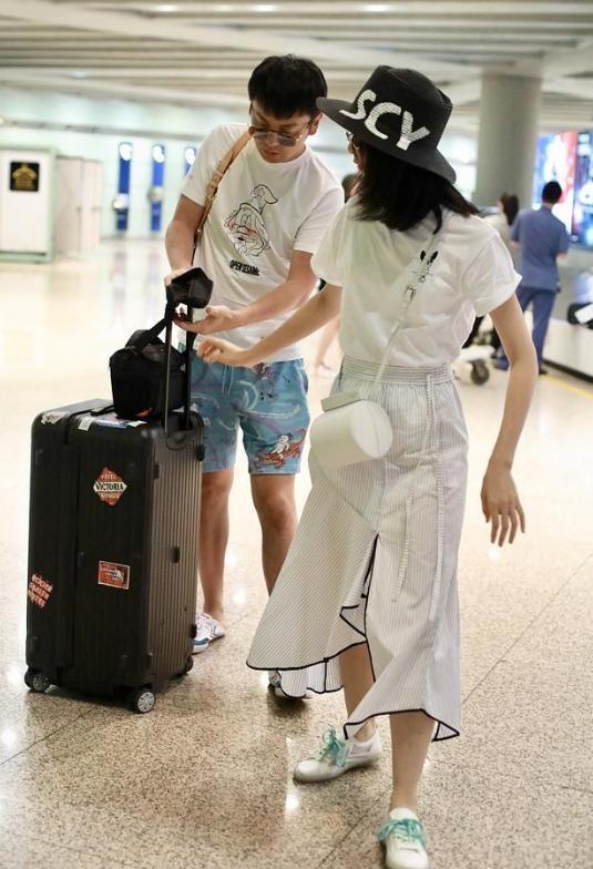雷佳音携老婆走机场,翟煦飞穿白色T恤配半身裙,素颜气质更出众
