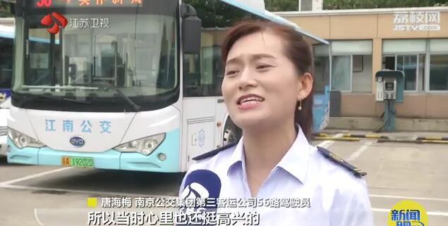 """被公交司机""""晾""""了足足三分钟 全车乘客反而鼓掌叫好"""