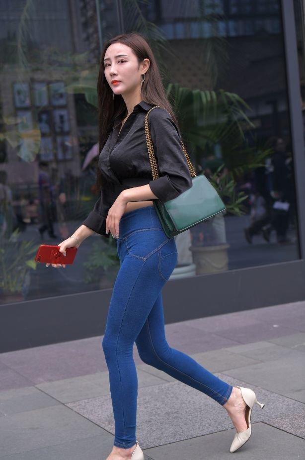紧身牛仔裤美女