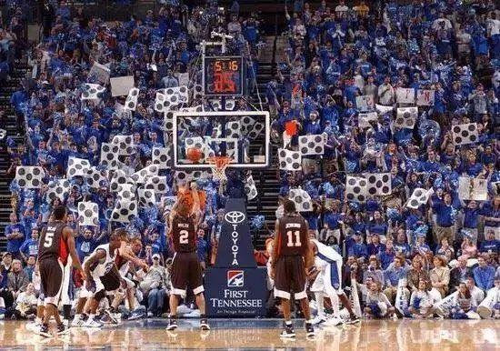 NBA球迷都是如何干擾客隊球員罰球的?8圖詮釋各種奇葩招式,Bird這太難頂了!-黑特籃球-NBA新聞影音圖片分享社區