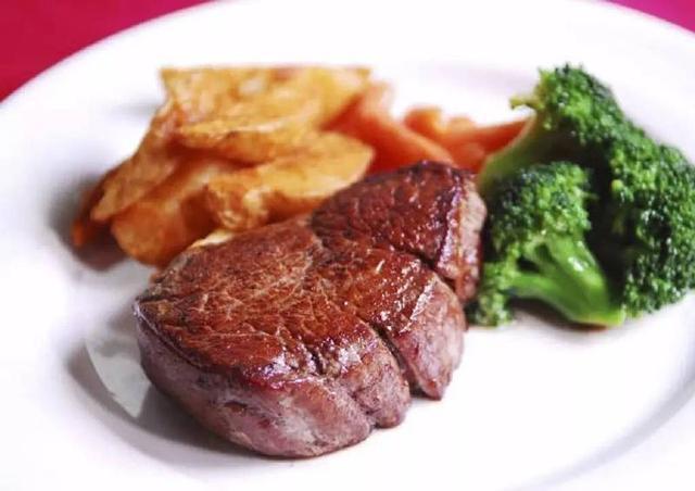 刚好家里有牛排就做成一道菜,第一次尝试摆盘,芝香牛排送上