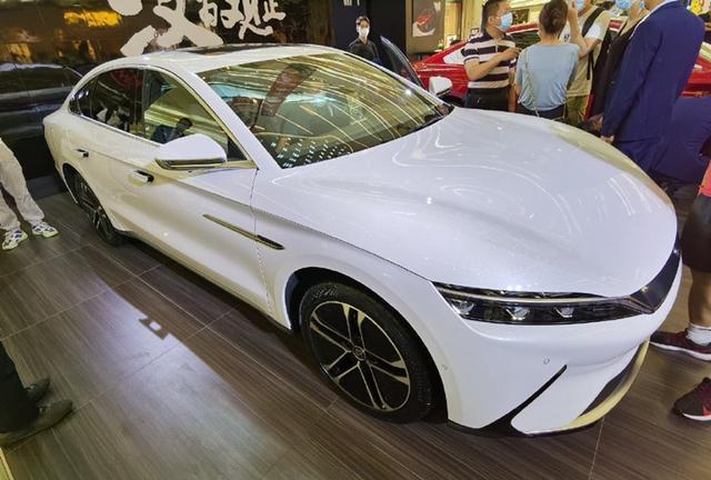 白色比亚迪汉EV首次亮相,颜值再获好评,车长近五米还能3.9S破百