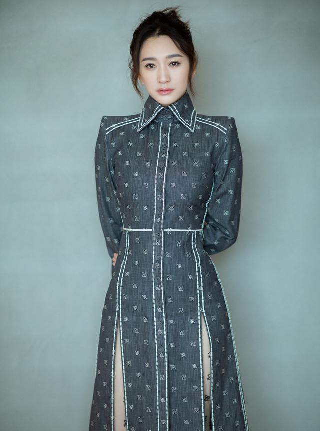她42岁演李沁的亲妈,今穿V领黑色连衣裙配细高跟鞋,知性优雅