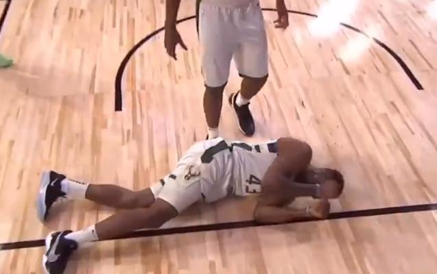 【影片】驚險!馬刺小將暴力隔扣,字母哥哥後腦勺著地,希臘怪獸坐不住了!-黑特籃球-NBA新聞影音圖片分享社區
