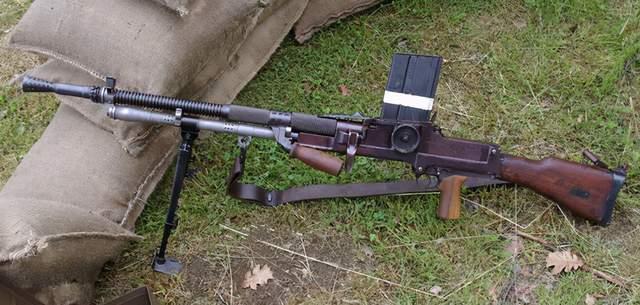 捷克式机枪持枪姿势