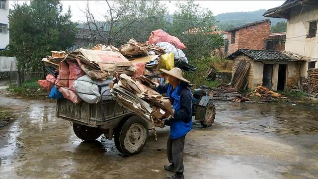 广东朋友开着拖拉机来福建收废品,人缘好,一会功夫就收了一满车