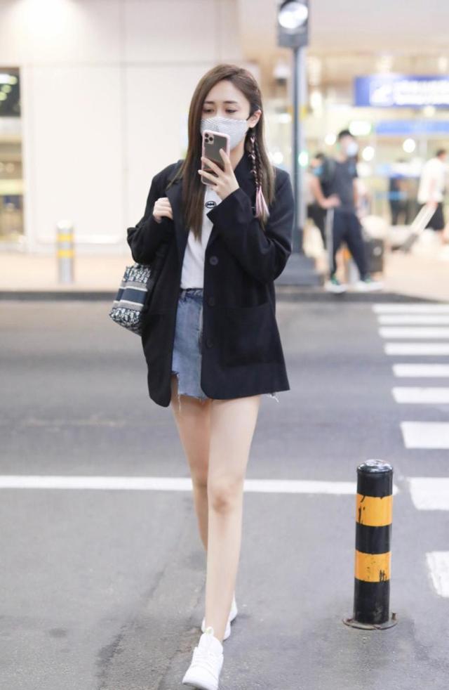 刘芸最新街拍曝光 彩绳编辫尽显少女感