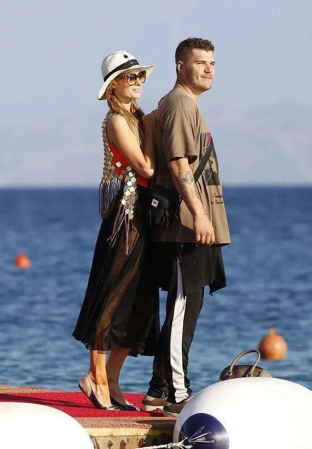"""""""阿甘""""成为希腊公民,汤姆·汉克斯夫妇持护照与希腊总理合影"""