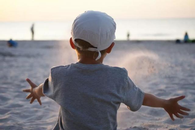 都说男孩要晚一年上幼儿园,但我觉得儿子早点上幼儿园更加有利