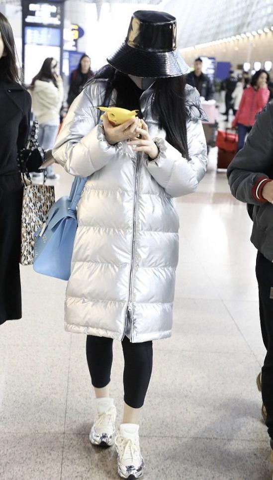 范冰冰机场新造型,灰色西装搭紧身裤太显瘦,御姐又不失女人味
