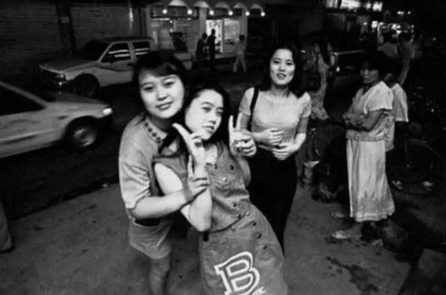"""上世纪九十年代的老照片:第五张女子美艳,第八张是""""土豪"""""""