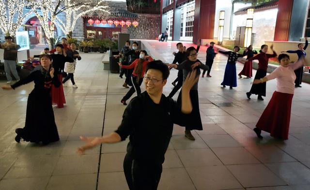 晚上小区跳广场舞图片