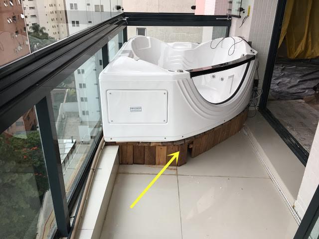 卫生间里放不下浴缸,我家装在阳台上,边泡澡边看风景,太享受了