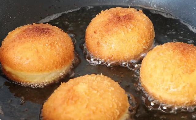 一碗面粉3个鸡蛋,教你不用烤箱做面包,外脆酥脆里面香甜,好吃
