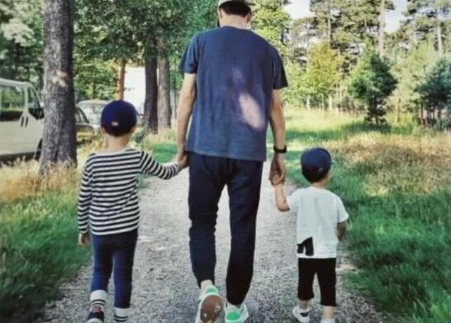 靳东家庭背景父母