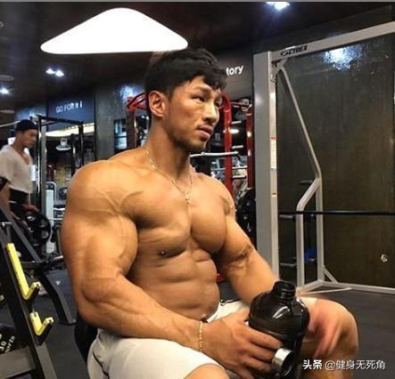 经典的动作训练腹部,持续进行锻炼,腹部肌肉形态练出来