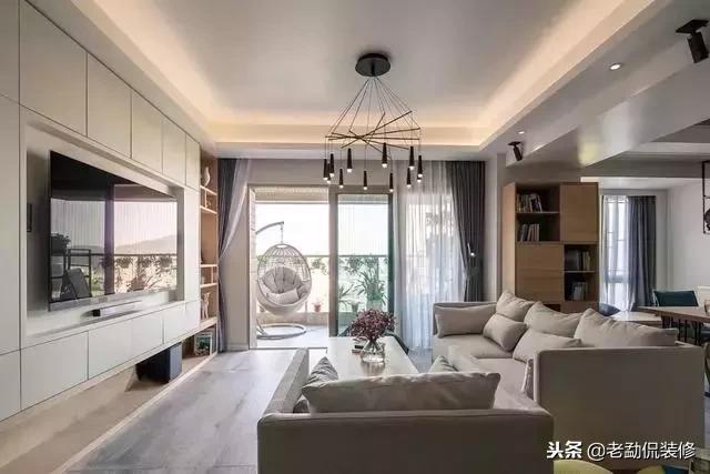 特别实用的简约风格装修,深蓝色沙发配原木色家具,温馨而舒适!