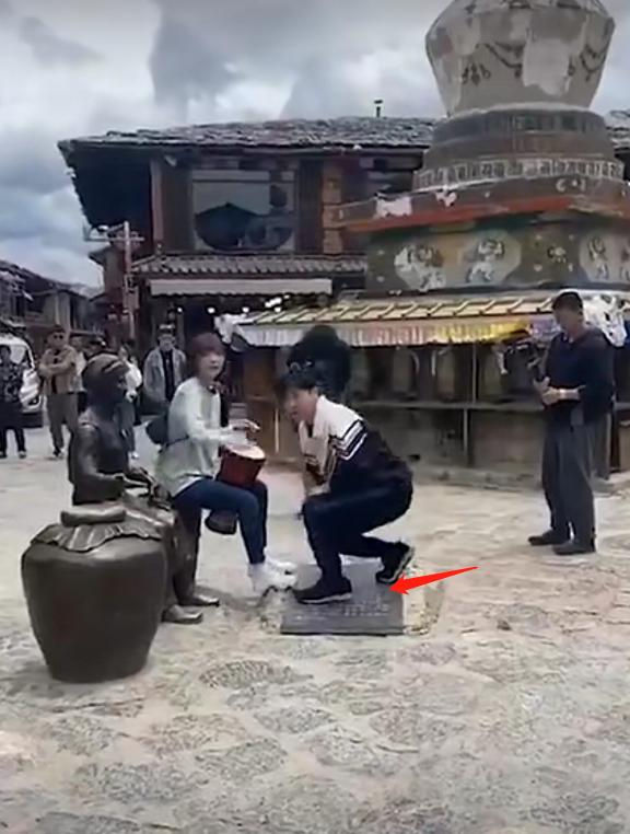 郭京飞王珞丹坐景区雕塑踩石碑,网友吐槽:不文明素质低