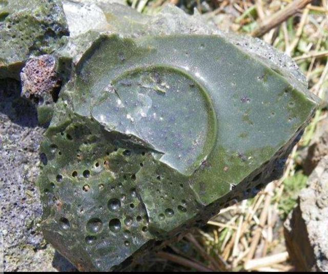 玻璃陨石强光下的图片