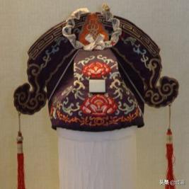 动辄数十万的京剧戏服,写满了中国故事