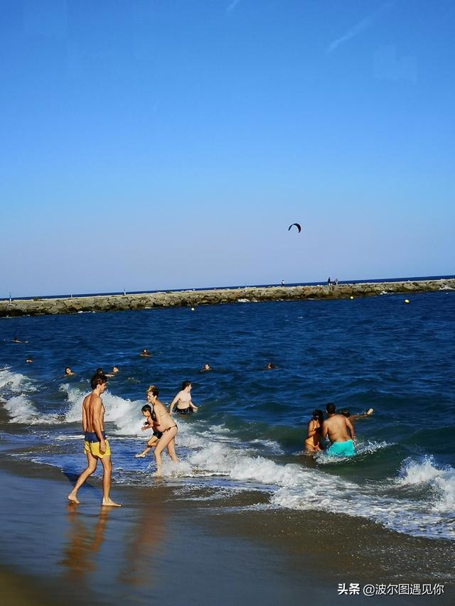 巴塞罗那的海滩边,阳光、沙滩、美女!天真的很蓝啊!