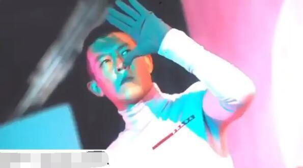 陈冠希拍摄时尚大片,仍帅气如初,被秦舒培表白:我的外星人