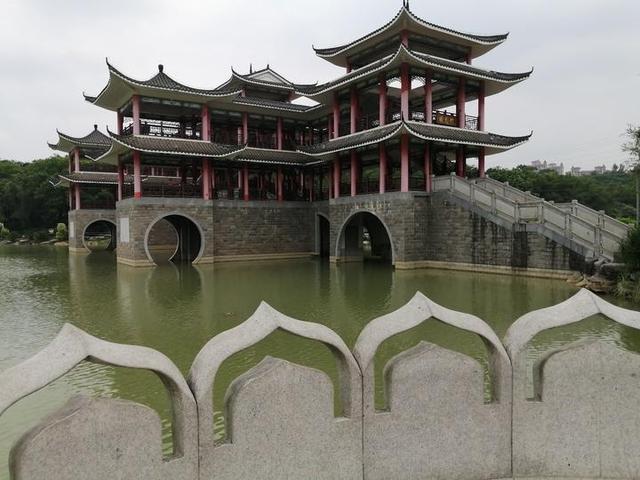 把苏州园林搬到了南宁,这座双层高的廊桥,古朴灵动