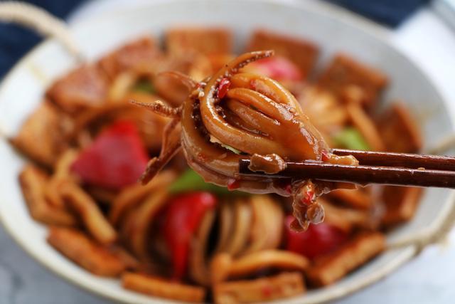 魷魚這樣做太下飯了,加一塊豆腐越燜越香,出鍋饞到流口水