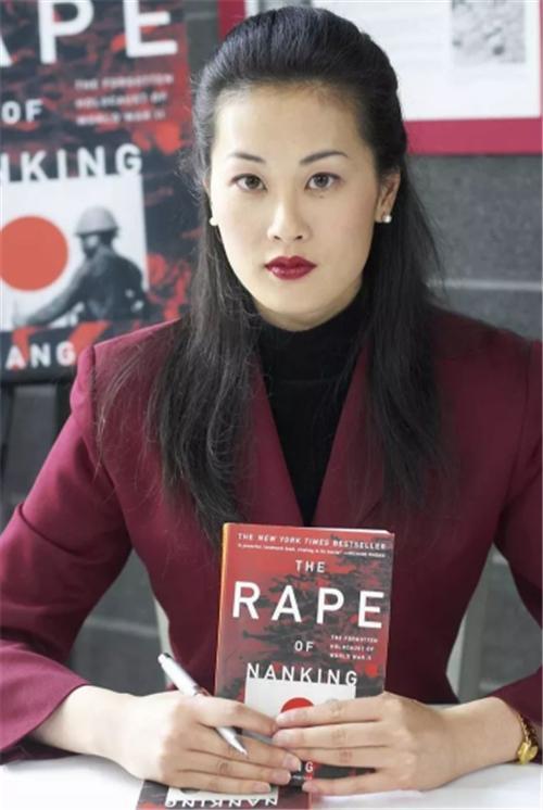 她含泪举枪自杀时,孩子刚满两岁,全世界都为之悲伤,除了日本