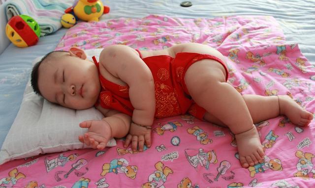 婴儿仰卧睡姿图片