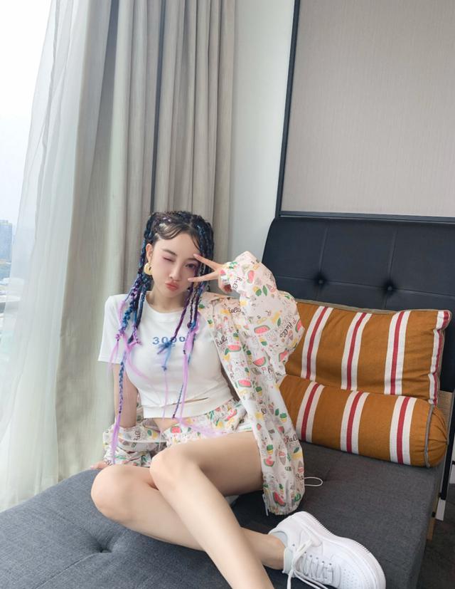 李小璐扎脏辫露肚脐秀美腿,热爱嘻哈风格又惹网友非议