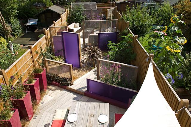 庭院案例:有可伸缩防雨遮阳棚和篱笆围墙的私家花园