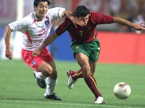 02年世界杯韩国和葡萄牙的比赛竟被称为神奇之夜,韩国队表现滑稽