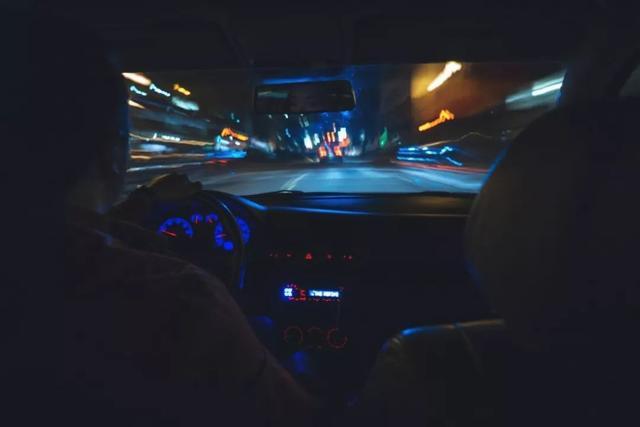 晚上两个男生在家里开车的图