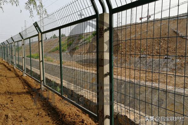 """【蜀黍小科普】高速公路施工期间的""""奇怪""""护栏"""