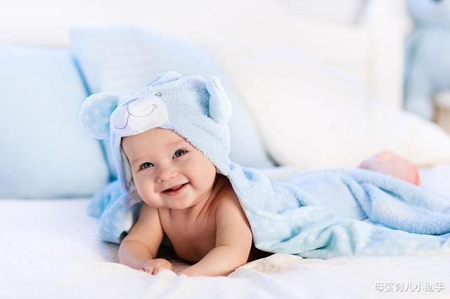 《宝宝掀开自己的上衣,一看大肚腩露出来了,萌萌的表情笑翻妈妈》
