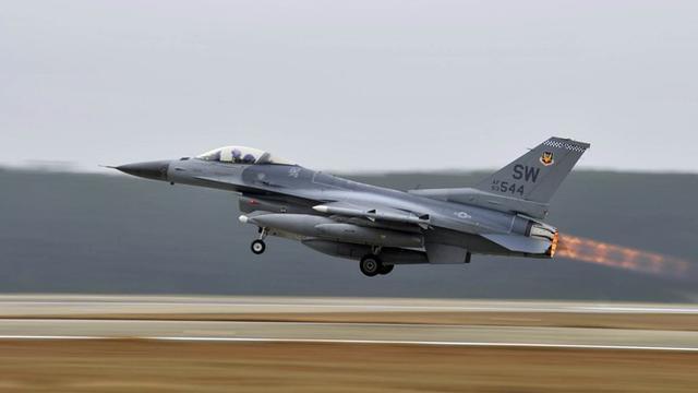 夜间基地轰隆一声巨响,美军再有战斗机坠毁,战役时刻已雪上加霜