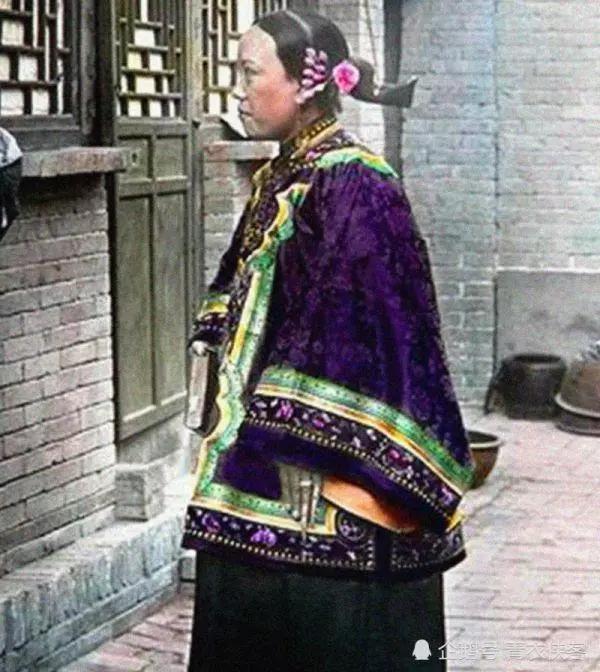 清朝女子老照片:对镜梳妆的晚清王妃,街道上行走的容嬷嬷