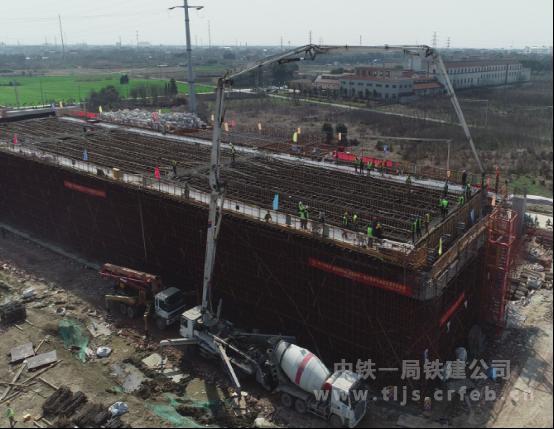 中铁一局铁建公司常宜高速项目在全线率先开始现浇箱梁浇筑