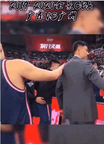 你不要碰我肩膀哦!小伙妖娆反应蹿红网络