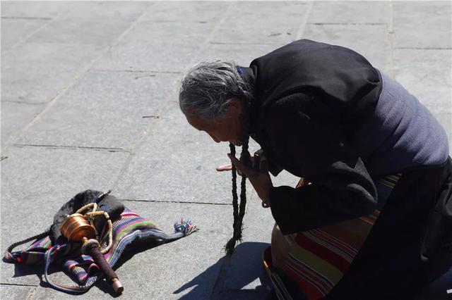 西藏朝圣信徒图片