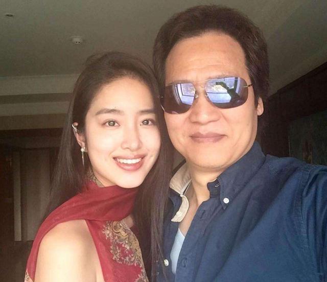 """27岁女明星与刘亦菲57岁""""干爹""""领证,女孩子婚姻观要如何引导?"""