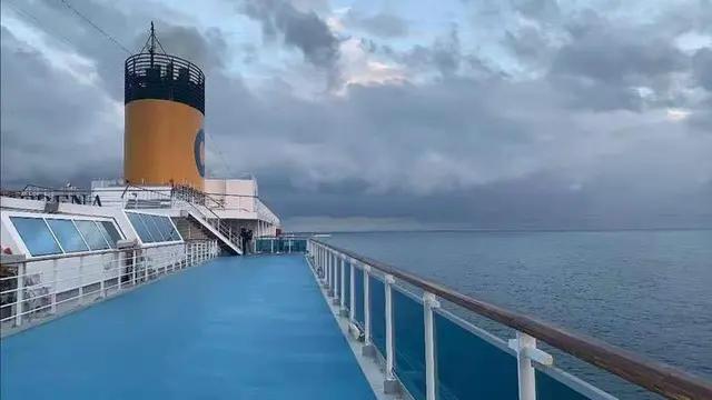 邮轮因为疫情已漂泊193天,船员每天的工作就是销毁海量奢侈品