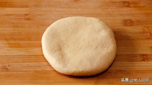 这是南方人爱吃的面食,不需要发面,小小薄薄的一个饼,外皮酥脆