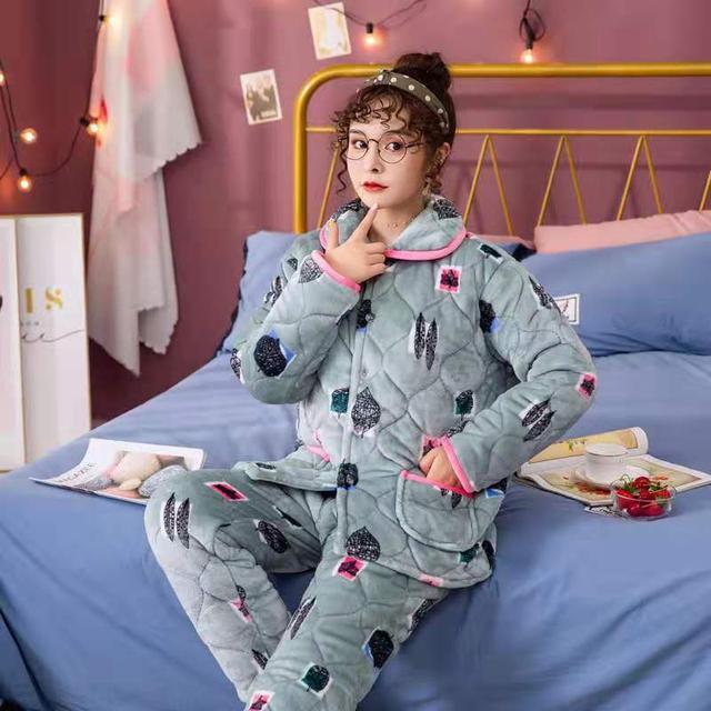 北方农村防寒新时尚,棉睡衣睡裤大人小孩人手一套,穿上很暖和
