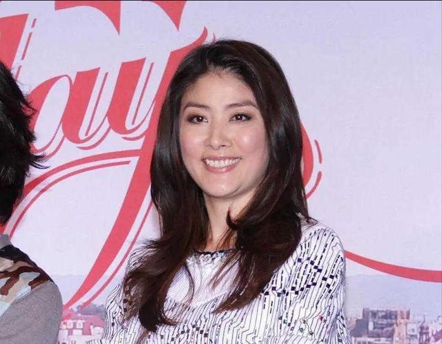 陈慧琳47岁不怎么显老,但也不适合穿短裙,裙子太短看着不优雅