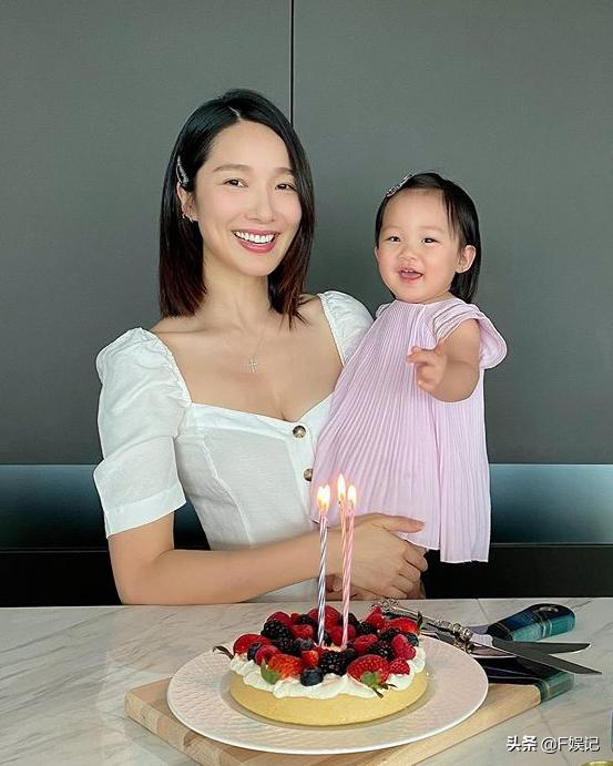 李亚男挺孕肚带女儿去亲戚家做客 母女俩在街上做足防疫措施