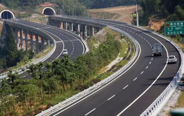 高速上开车,遇到这四种标线要小心,开错可能会被扣12分-第1张图片