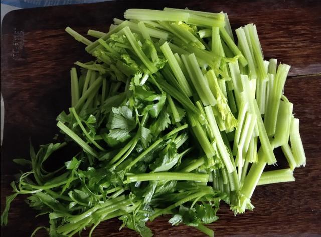 厨师长教你做芹菜炒豆腐干,简单易学,炒出来的豆腐比肉都好吃